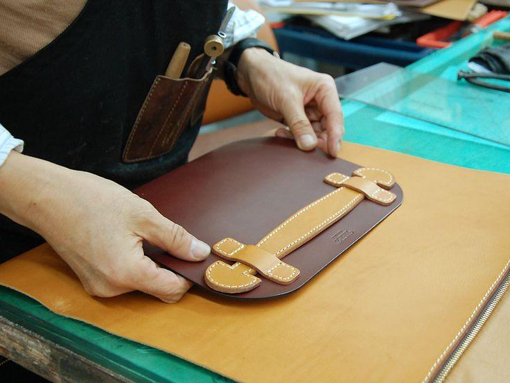 A4ファイルも収納できる、ファスナー仕様の革製クラッチバッグ。ハンドルに手首を通して持ち運ぶことができます。内ポケットやペン差しもついているので、コンパクトに荷物をまとめられます。