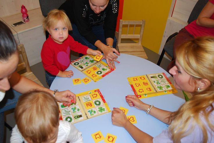 Kurz Vnímavé deti pre deti od 2 do 3 rokov. Naučíme sa farby, tvary, trénujeme jemnú motoriku, sústredenie.