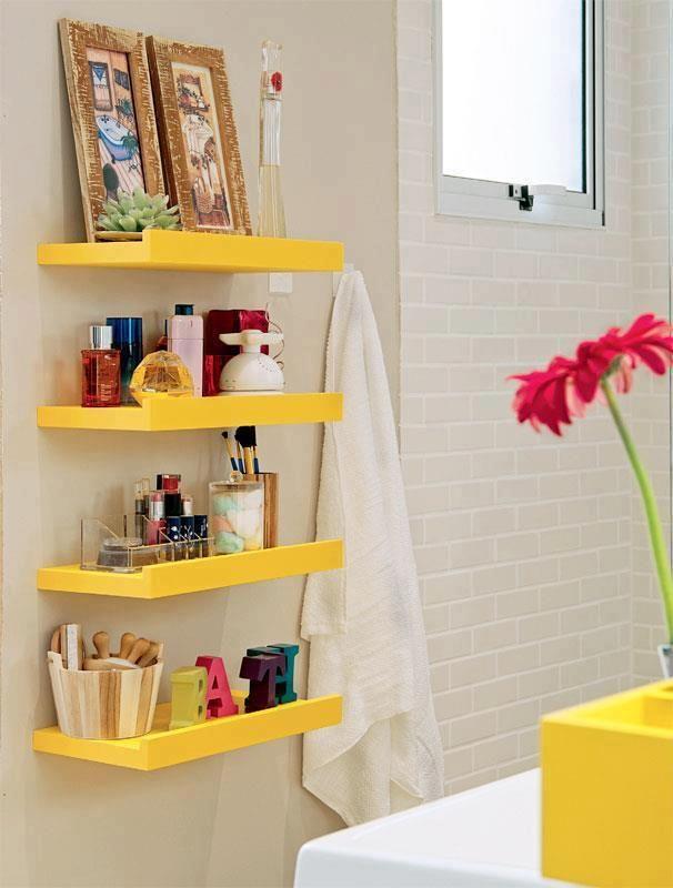 Detalhes que fazem a diferença: a bancada do banheiro pequena foi complementada por delicadas e lindas prateleiras amarelas!