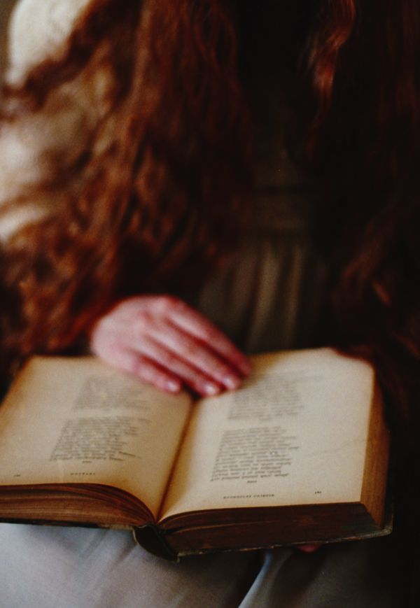 """""""Чтение было для меня наилучшим средством против неприятностей в жизни; не было такого горя, которого час чтения не рассеял"""" (Шарль Луи де Монтескьё).  #книги #чтение #фото #фотография #цитаты #books #reading #book #photography #photo #мысли #книга #цитата #readingcomua"""