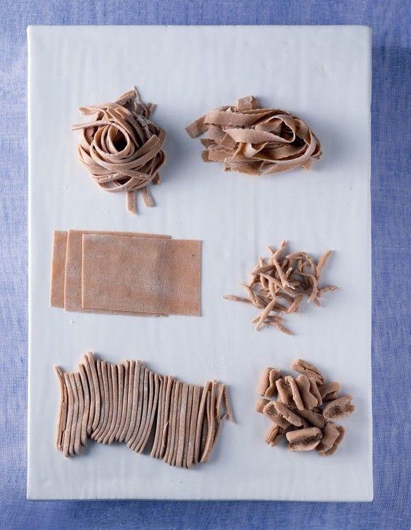 Pâtes fraîches à la farine de châtaigne  => http://www.gusto-arte.fr/recettes/pates-fraiches-a-la-farine-de-chataignes/
