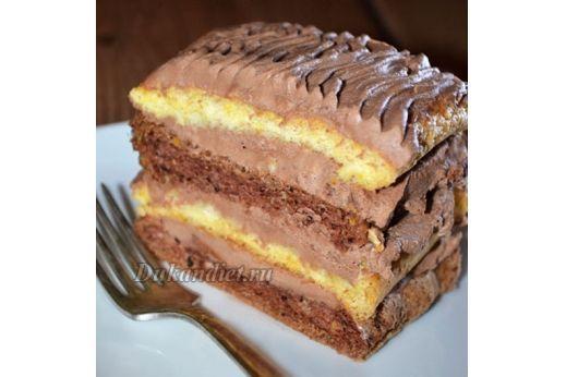 Очень простой и быстрый в приготовлении тортик. Кроме того, выглядит очень красиво и можно даже подать гостям!  Для ванильного коржа: 2 яйца, 1,5 ст. л. кукурузного крахмала, заменитель сахара, 0,5 ч. л. разрыхлителя, ванилин.  Для шоколадного коржа: 2 яйца, 1,5 ст. л. кукурузного крахмала, заменитель сахара, 0,5 ч. л. разрыхлителя, 1 ч. л. какао.  Крем: 250 г густого йогурта или пастообразного творога, 2 ч. л. какао, заменитель сахара.  Готовим коржи: разделить яйца на белки и желтки…