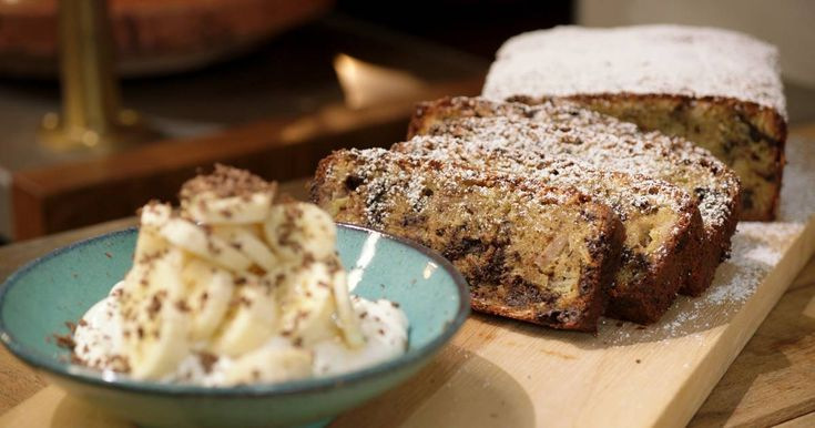 Dit is een ideaal recept om een paar overrijpe bananen weg te werken. Door de banaan blijft de cake een beetje vochtig vanbinnen. Serveer hem 'puur natuur' of met mascarponecrème.