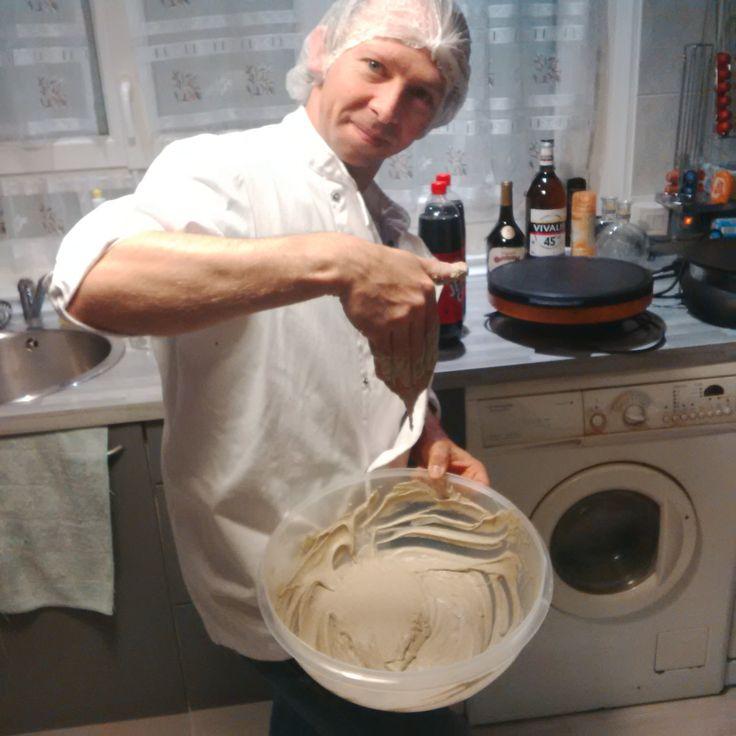 Monsieur mon mari, fouettant sa pâte à galette au blé noir. Tradition bretonne apprise lors de son stage.