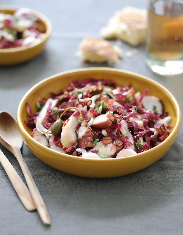 Recette Salade de poulpe : Nettoyez le poulpe : tranchez les tentacules au ras du bec et des yeux et videz-le. Rincez-le après avoir retiré le bec et les yeux...