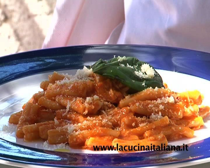 Primi piatti: strozzapreti guarniti con ratatouille di verdure