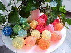 Créer des boules en laine pour guirlande lumineuse http://ruerivoirette.blogspot.fr/2014/08/diy-guirlande-lumineuse.html