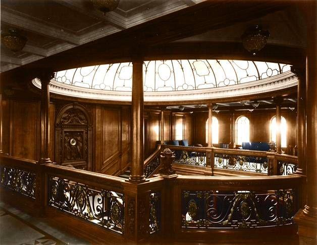 Uudet, upeat värikuvat Titanicista julki: Aikamatka sadan vuoden taakse *** Titanicilla oli kaksi pääportaikkoa. Kuvassa näkyvää suurta portaikkoa, johon tulvi valoa lasikupolista, käyttivät ensimmäisen luokan matkustajat.