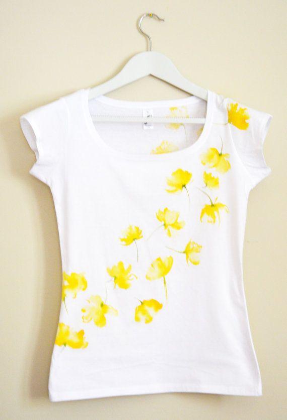 Mano gialla dipinta MYgarden fiori t-shirt di Christeesandtops