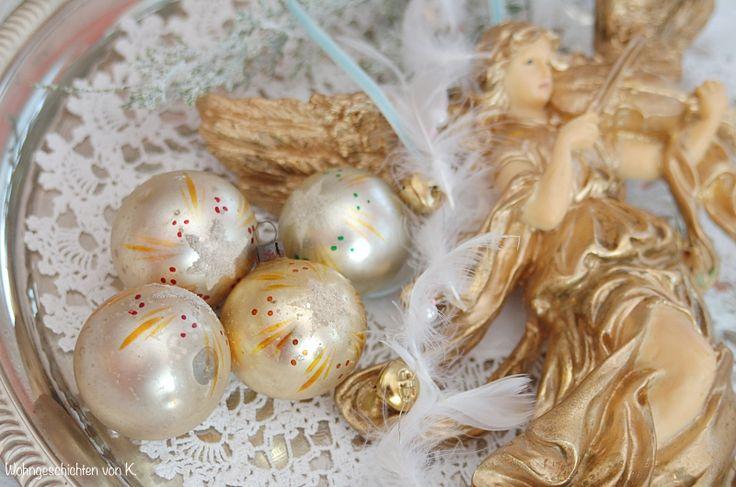 Nostalgische Weihnachtsdeko in Gold. Christbaumschmuck und Engel.