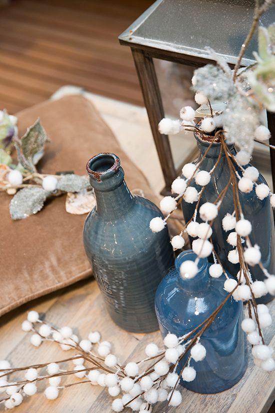Blauwe vazen en takken met witte bolletjes. Ideale combinatie #kerst #praxis https://www.praxis.nl/kerst