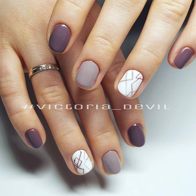 Uñas morado, gris y blanco