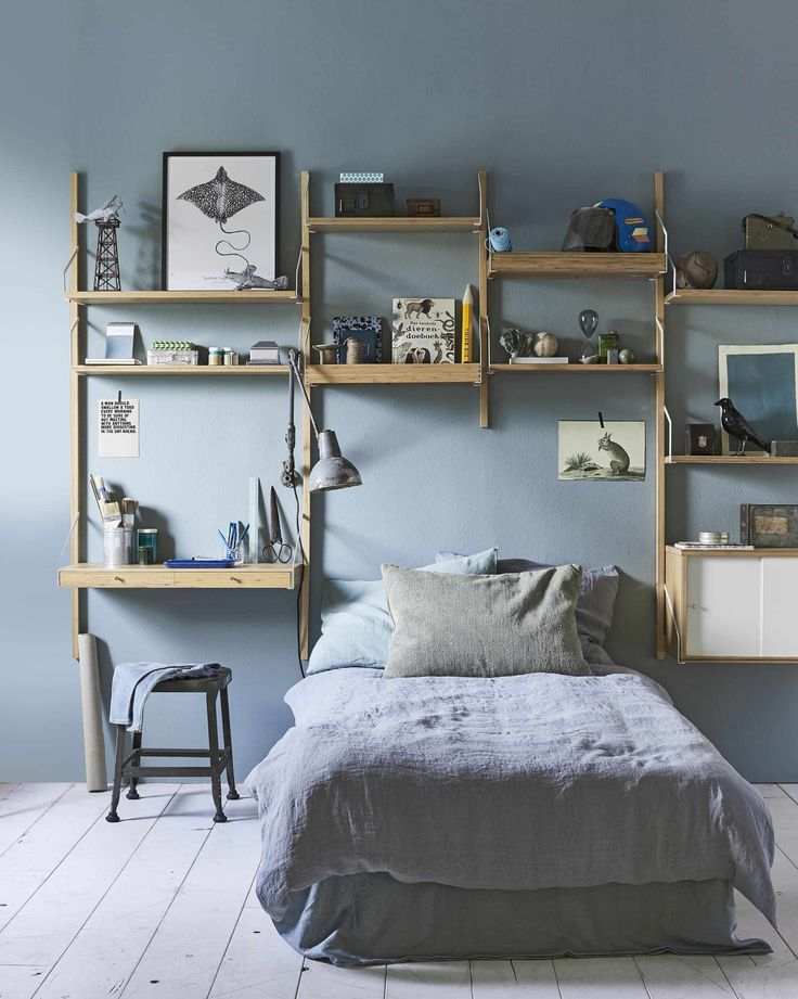 Houten kastenwand in tienerkamer | Wooden cabinet wall in bedroom | vtwonen 10-2017 | Fotografie Jeroen van der Spek | Styling Cleo Scheulderman