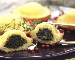 Madeleines fourrées à la tapenade d'olives noires : http://www.fourchette-et-bikini.fr/recettes/recettes-minceur/madeleines-fourrees-la-tapenade-dolives-noires.html