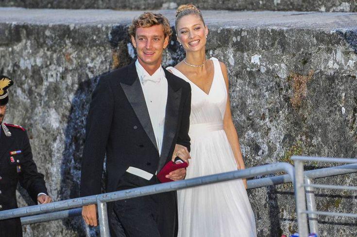 Borromeo-Casiraghi: la festa in piscina il giorno dopo le nozze e gli invitati al party alla Rocca di Angera - Corriere.it