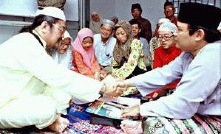 Rasa Cinta Kebenaran Chong Sekeluarga Masuk Islam di Malaysia  ABDUL Latif (kanan) melakukan majlis pengislaman kepada Chong sambil diperhatikan olah anak-anak dan isterinya dua dari kiri Mary Ann Jo An Chong Tan Kuan Neo dan Ronny Chong yang turut memeluk agama Islam di pejabat Persatuan Cina Muslim Johor Bandar Baru Uda Johor Bahru semalam.  KONFRONTASI -  Rasa cinta pada Islam dan keinginan mendesak untuk mempelajari lebih mendalam agama itu membuka hati satu keluarga Cina  memeluk Islam…