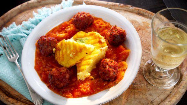 Masové koule s rajčatovou omáčkou & polenta s bazalkou a parmazánem
