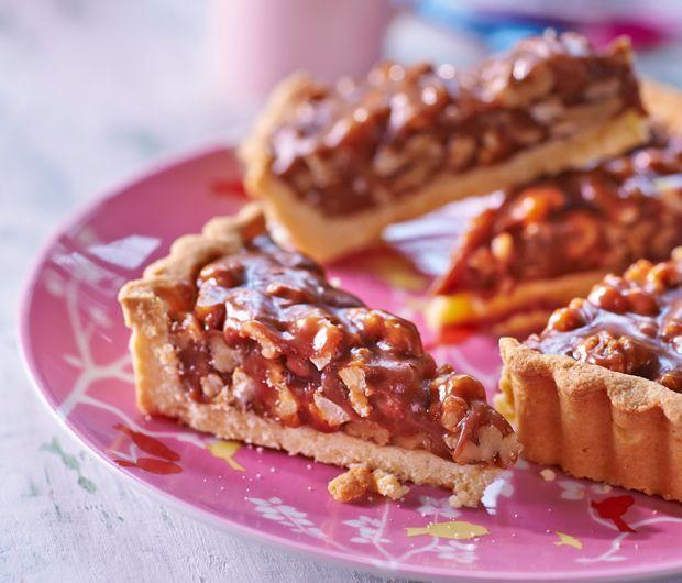 Découvrez la recette de la tarte aux noix et au caramel de Julie Andrieu...