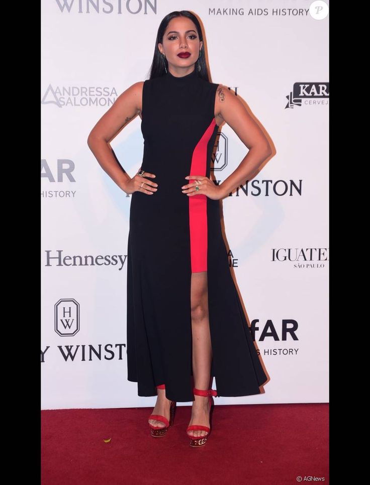 Anitta escolheu um longo com fenda poderosa da grife Versace para o baile da amFar nesta sexta-feira, dia 15 de abril de 2016
