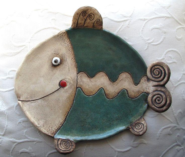 Ryba Talíř na vánoční cukroví, na svíčku, na odložení...nebo třeba na rybí řízky...zdobený zatřením oxidu a glazurami, šířka 28 cm, výška 26 cm. Je větší sestřičkou menšího talířku Ryba rybka...z mé nabídky.