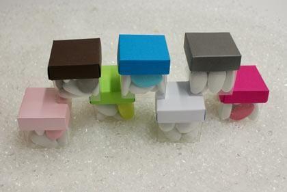 Contenant à dragés pour mariage : Boîte à dragées mini cube de la couleur de votre choix  http://www.drageeparadise.fr/contenant-a-dragees-vide_35_contenant-a-dragee-carton-pour-mariage_boite-mini-cube-transparente__246_1.html
