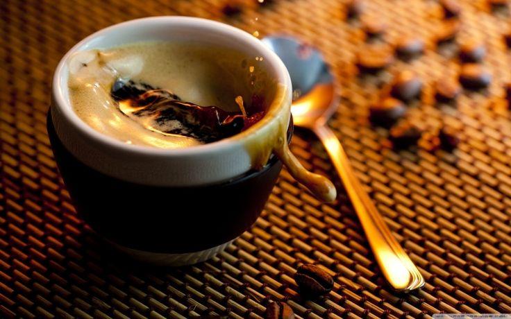"""Espressorul DeLonghi Magnifica iti face diminetile mai usoare DeLonghi Magnifica dispune deun sistem compact, fara """"tuburi"""". Acest sistem face ca boabele de cafea sa fie macinate instantaneu, gustul cafelei fiind plin de savoare. Aparatul vine cuo functie speciala de incalzire care ii permite acestuia sa mentina o temperatura ideala pentru espresso chiar daca timpul dintre …"""