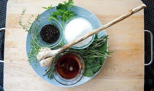 Μαλακώνουμε και αρωματίζουμε τα κρεατικά και νοστιμίζουμε τα λαχανικά χρησιμοποιώντας μαρινάτες.Θυμόμαστε πως το ωμό κρέας, τα ψάρια και το κοτόπουλο μπορεί να «περάσει» επιβλαβή βακτήρια στη μαρινάτα, οπότε αφενός τα βάζουμε στο ψυγείο κατά τη