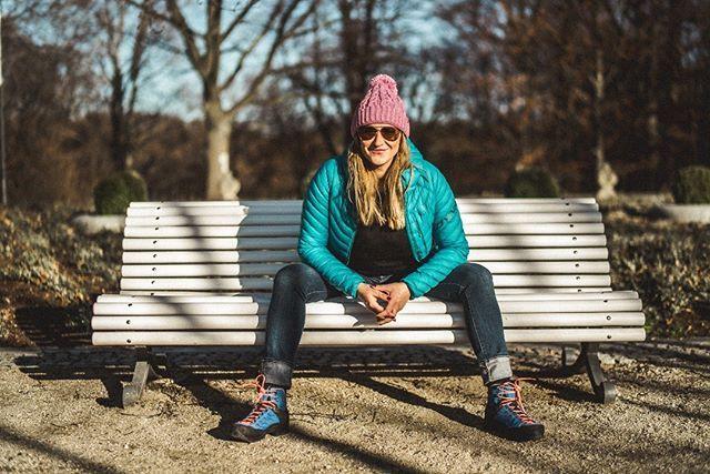 Dzisiaj U Nas Milosniczka Sztuk Wizualnych I Snowboardu Przebojowa Agapopek Przez Wawoz Wyrzezbiony Czesciowo P Outdoor Furniture Park Bench Outdoor Decor