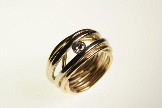 Sette vite in un anello a fili d'oroAnelli fidanzamento