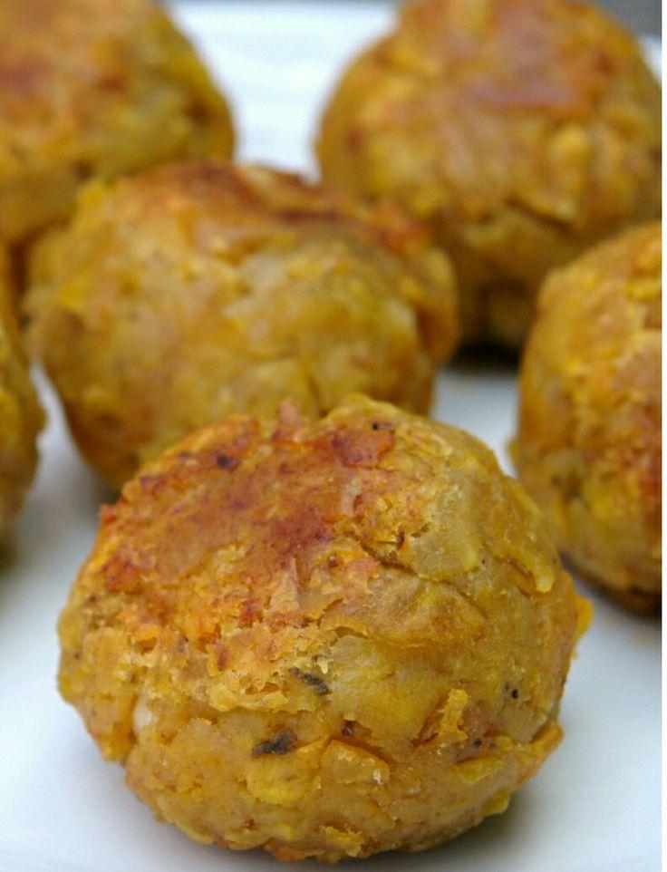Bollos de platano verde (mofongo) rellenos de queso y carne molida