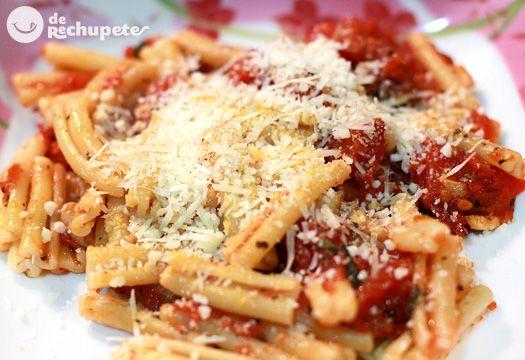 Pasta italiana con un toque picantón de la salsa de tomate arrabiata, una receta clásica con alguna variación que la mejora. Preparación paso a paso, consejos, fotografía y trucos.