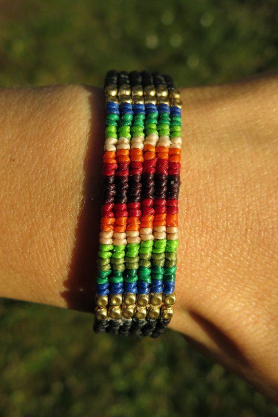 Bracciale in macramè con perline in ottone e fili di AntheaMacrame