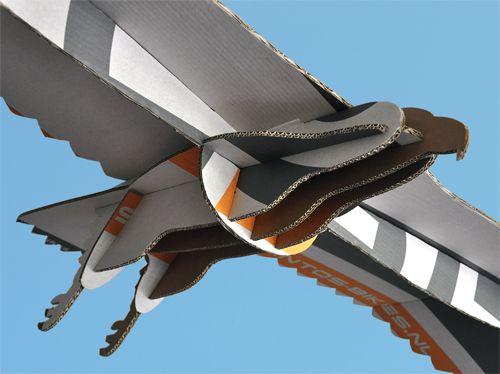 Vogel: bouwplaat van een zeearend op ware grootte, gesneden uit een kartonnen verpakking.