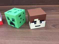 Caixa cabeças personagens Minecraft Ideal para enfeitar a mesa do bolo e para dar como lembrancinha. Confeccionada com técnicas de scrapbook utilizando papéis 180gr. Importante!!! A embalagem vai vazia. No momento da compra informar qual dos personagens deseja. *** Quantidade mínima...