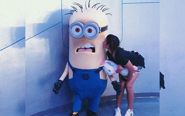 Bruna Marquezine curte férias na Disney. Teve até beijinho no minion! <3…