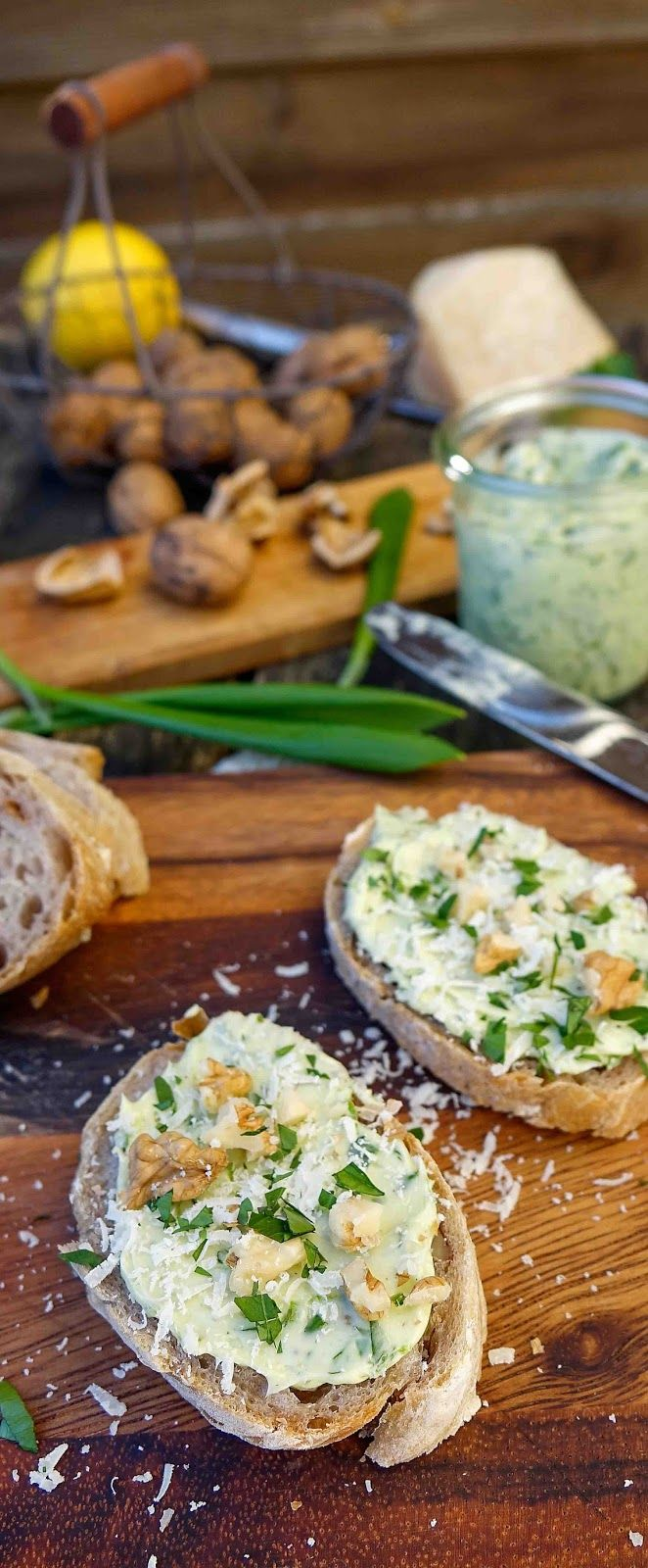 Bärlauch-Butter mit gehackten Walnüssen und geriebenen Parmesan auf Dinkel-Baguette