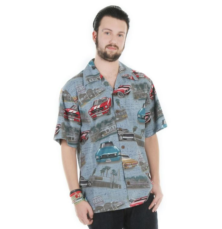 vintage kleding Ford Mustang Denim Camp Shirt  Retro shirt met classic 1960's mustangs + logo's gedrukt op licht blauwe denimkleur achtergrond. Bijpassende borstzak aan linkerzijde en kokosnoot knopen. Gemaakt van 55% katoen en 45% rayon.LET OP: MAAT VALT GROOT!Houdt volgende maten aan:XS = SS = MM = LL = XLXL = XXLXXL = XXXL