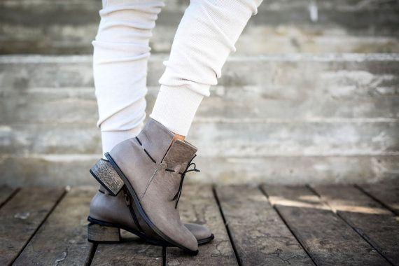 Chique hakken laarzen gemaakt van zachte olifant grijs leer. Veelzijdige enkel laarsjes die anders voor een nieuwe look elke tijd kunnen worden gevouwen. Deze lederen laarzen zijn ontworpen met elastische schoenveters voor extra comfort en chique. De hielen knipsel zijn super comfortabel en geven een moderne twist. Grote enkel laarsjes voor de stad rond te rennen, dag naar nacht.  ◀▶ Enkel hoogte (11 cm/4.33 ) ◀▶ Olifant grijs laarsjes ◀▶ Gemaakt van 100% echt leder ◀▶ Comfortabele knips...
