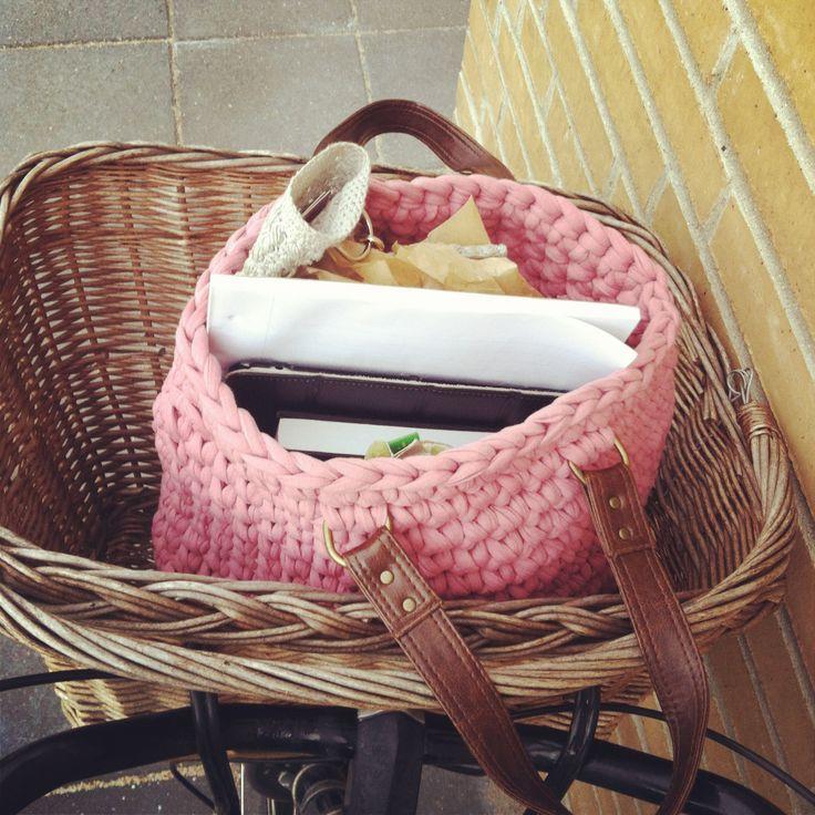Jeg har lovet, ovre på Instagram, at jeg ville lægge en opskrift op på denne taske. Så det vil jeg hermed prøve. Bær over med mig. Jeg har aldrig skrevet en hækleopskrift før. Og jeg har ikke brugt…