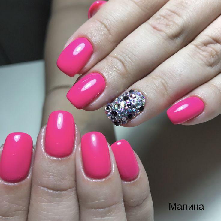 Розовый маникюр, розовые ногти, стразы