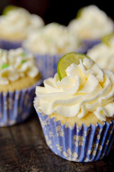 Bereiden:Maak de cupcakes: Meng de poedersuiker onder de slagroom en klop stijf. Meng de bloem met het bakpoeder en rasp de schil van de limoen erbij. Pers het limoensap uit in een aparte kom. Klop de boter met de suiker licht en luchtig. Voeg de ricotta toe en klop nog een minuutje of twee door met de mixer.