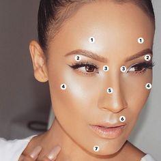 O que é Strobing? Como fazer? Como fazer o Strobing?  Para conseguir esse efeito, você precisa iluminar alguns pontos: Acima das sobrancelhas (1), abaixo das sobrancelhas (2), canto interno dos olhos (3), têmporas (4), centro do nariz (5), contorno superior dos lábios (6) e queixo (7). Claro que você não precisa iluminar todos os pontos ao mesmo tempo, mas quanto mais pontos iluminador, mais a nova tendência estará aparente.