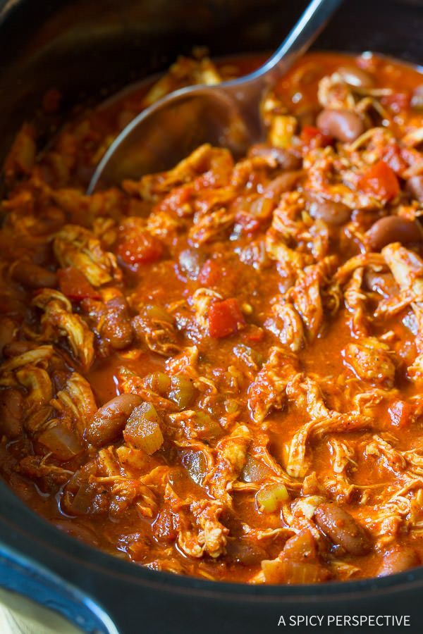 Slow CookerRoasted Red Pepper Chicken Chili Recipe! This healthy chili recipe is loaded with flavor, low in fat, high in fiber, and packed with protein.
