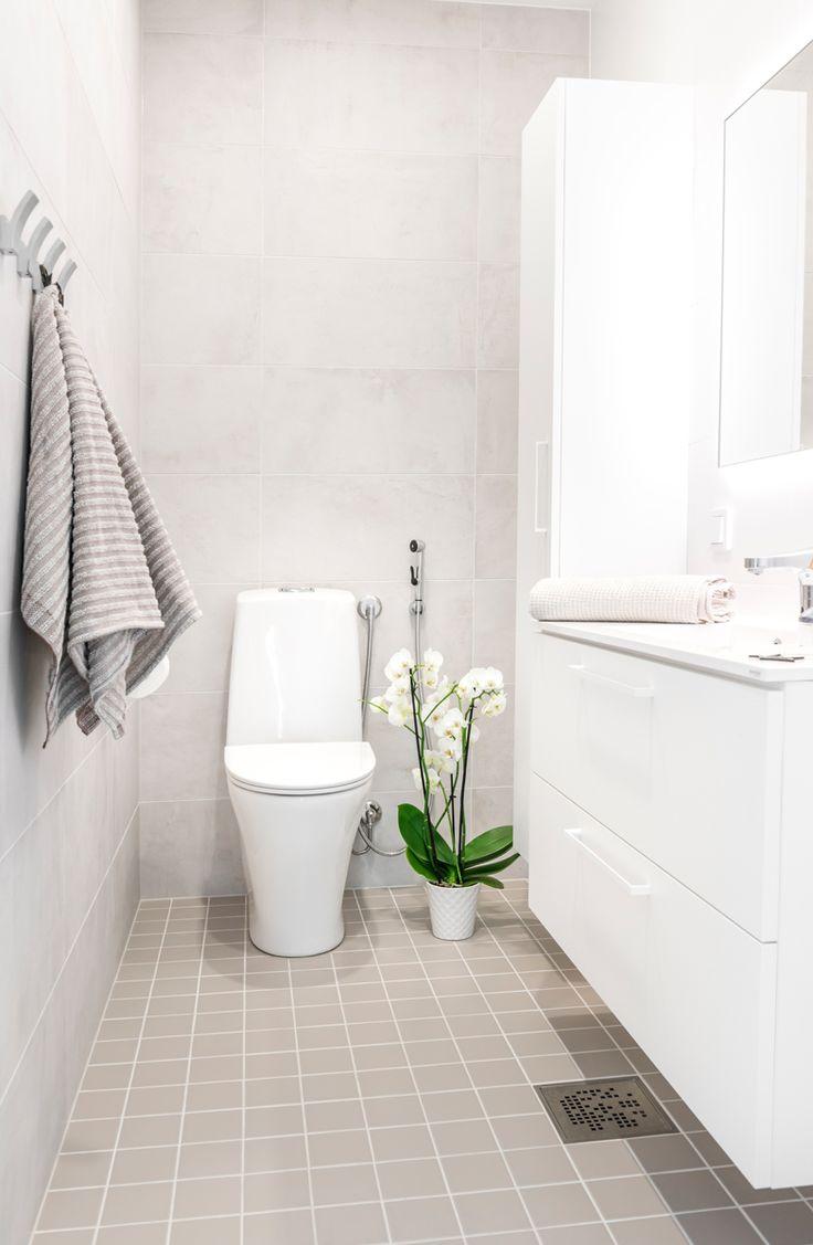Hartman Koti Salmiakki. Seinässä Res-Cover chalk K300x600 mm, himmeä. Lattiassa Arkitekt Color grey 97x97 mm, matta. #pukkilalaatat #pukkila