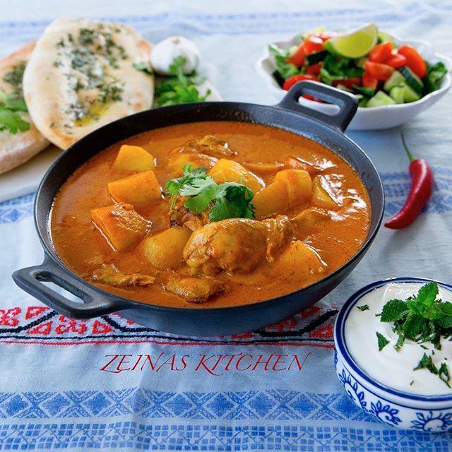 Detta var vår middag igår. En mustig indisk gryta med kyckling och potatis. Till skillnad från de flesta indiska grytor görs denna på få ingredienser och är ganska lättlagad. Jag gjorde även en vegetarisk variant utan kyckling. Svep till nästa bild för att se den vegetariska grytan. Båda sorter blev utsökta👌 Jag serverade maten med naan, yoghurt och sallad😍 Recept på grytan hittar du på bloggens startsida❤ Jag har även länkat till den vegetariska varianten och naan i inlägget.