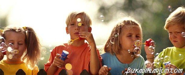 Geçmişe Yolculuk 90'larda Çocuk Olmak - http://www.bizkadinlaricin.com/gecmise-yolculuk-90larda-cocuk-olmak.html  Şuan 25-30 yaşında olanlar hep beraber nostaljik bir gezintiye çıkmaya ne dersiniz? 90'larda çocuk olmak resim galerimizde gözlerinizin dolmasına neden olacak sizi geçmişe götürecek resimlere yer verdik. Süper baba, tetris, tasolar, cino çikolata, Geleceğe Dönüş filmi, sulugöz sakız ve daha nicesiyle işte 90'lar