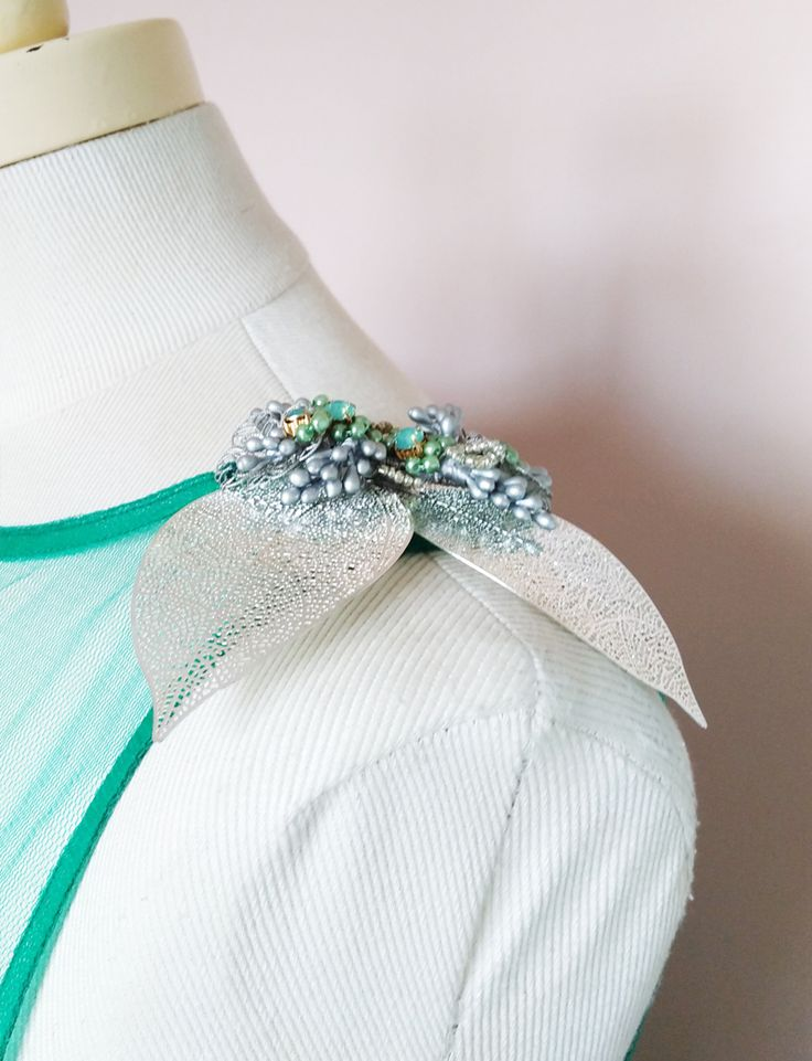 Invitada. Hombrera de hojas de metal plateado, pistilos, perlas y cristales.
