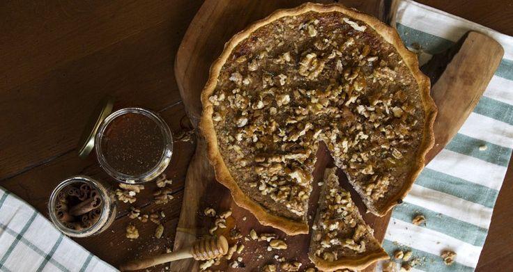 Η Μελόπιτα του Άκη. Συνταγή για υπέροχη μελόπιτα, αφράτη και τυρένια από μέσα και τραγανή απ' έξω με λαχταριστά καραμελωμένα καρύδια με μέλι για επικάλυψη.