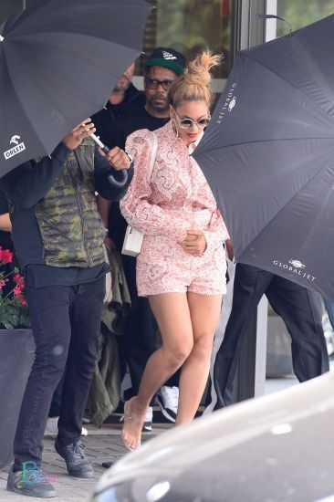 2d1292bdbebc6 Beyonce spotted at Warsaw airport 30th June 2018