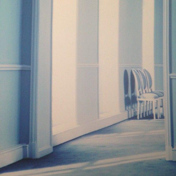Des images d'un salon haute couture projetées sur les murs blancs en guise de décor au défilé #Dior #PFW